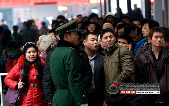 (1月28日,长沙火车站售票大厅外等待购票的人群。图/潇湘晨报滚动新闻记者 辜鹏博)