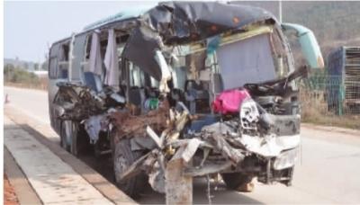 1月31日,沪昆高速娄底双峰路段,旅游大巴车的车头和右侧车身被撞得严重变形。 实习生 谢林 记者 谢能武 摄