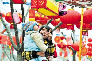 昨日下午,开福寺文化广场,琳琅满目的创意花灯让游玩的市民目不暇接。据悉,开福区正在举办新春喜乐会灯会创意灯评选。陈飞 摄