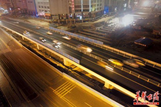 长沙市五一广场立交桥东西双向施工完毕,顺利通车。昨日22时10分工作人员安检完毕,开启双向通行,同时封闭临时车道。记者 李丹 摄
