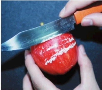 近日,赵先生在长沙市某大型超市购得的苹果,回家后用小刀刮出了厚厚一层蜡。记者 范远志 摄