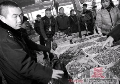 2月6日,马王堆蔬菜批发市场,工商执法人员对不合格的腌制品进行查处。图/记者张轶