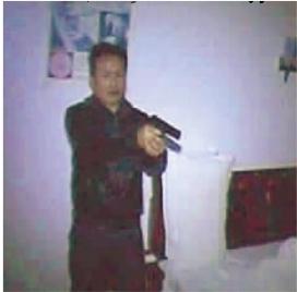 犯罪嫌疑人举枪对着特警。