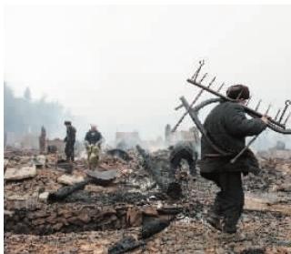 大火过后,村民在清理家园。