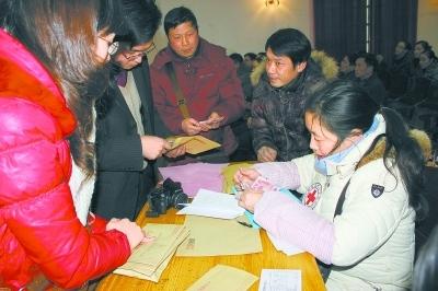 图为通道侗族自治县机关干部在为受灾群众捐款。 吴祥淼 摄