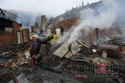 2月14日清晨,通道侗族自治县独坡乡骆团村,村民在开展自救工作。图/通讯员粟义勇