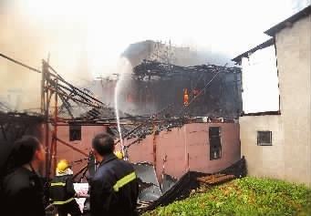 株洲棚户区起火,消防官兵在现场展开救援。 记者 李永亮 摄