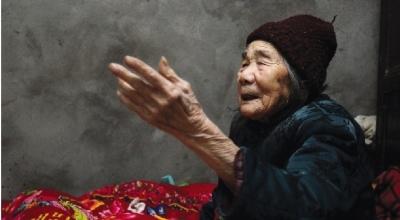 2月17日,常德市桃源县马鬃岭乡,97岁的李玉仙老人一讲起当年的细菌战的事情一下子思路清晰起来。 图/记者华剑