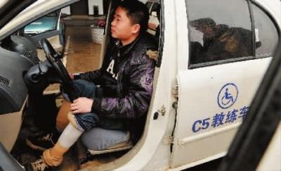 2月23日,长沙远征驾校,车内一个C5辅助装置取代了普通车辆手刹车、换挡的位置,下肢残疾人也能顺利的开上汽车。 记者 伍霞 摄