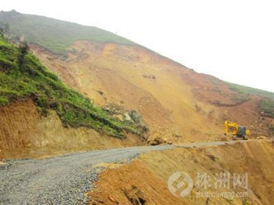 一条石子路从山脚直通开挖现场,挖土机仍未离去 记者 洪会强 摄