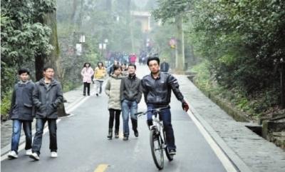 """岳麓山风景区里有不少自行车爱好者。2月26日,一名""""骑手""""正在陡坡上空手下行。 实习生 李健 记者 李丹 摄"""