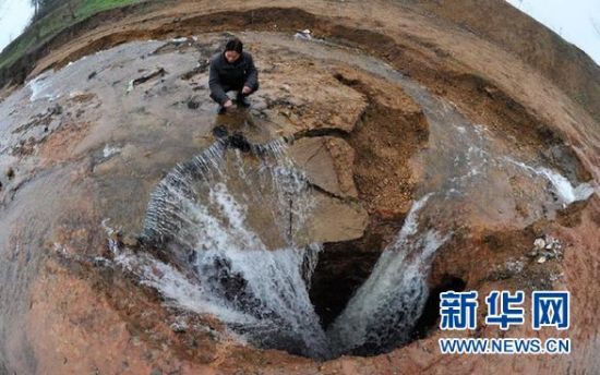 益阳市岳家桥镇被截流的河水涌入岩溶塌陷形成的深坑(2月26日摄)。 新华社记者 龙弘涛 摄