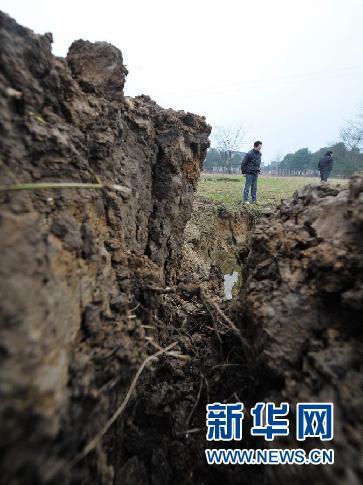 益阳市岳家桥镇一处稻田因岩溶塌陷而开裂(2月26日摄)。 新华社记者 龙弘涛 摄