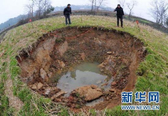益阳市岳家桥镇稻田里因塌陷形成的大坑(2月26日摄)。 新华社记者 龙弘涛 摄