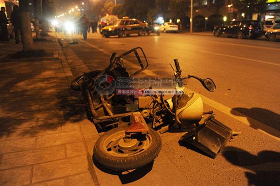 (2月27日晚,长沙车站南路树木岭货场附近,一辆电动车在人行道上被一辆出租车撞飞。 图/潇湘晨报滚动新闻记者 邵骁歆)