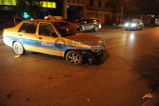 (事发现场出租车横在马路中央,车头受损。 图/潇湘晨报滚动新闻记者 邵骁歆)