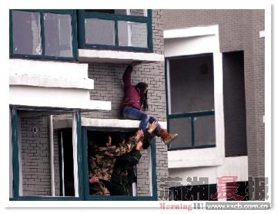 昨日15点40分,星沙时代星城楼盘工地,消防人员在竭力救援,女孩不断挣扎。组图/记者华剑