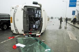 客车在捞刀河大桥上发生侧翻,19名乘客受伤。 贺文兵 摄