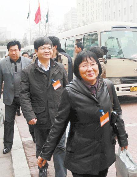 3月2日,出席十一届全国人大五次会议的湖南代表团代表抵达北京。 均为本报记者 张目 摄