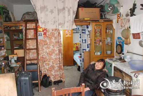 (刘喜雄一家三口在14平米的狭小空间里生活了近20年)