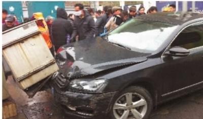 3月5日,长沙东风路与福乐巷的交会处,一辆帕萨特小轿车与前方的面包车发生追尾事故后,肇事司机错把油门当成刹车踩,直至冲上人行道,才被变电箱挡住去路。记者 武席同 摄
