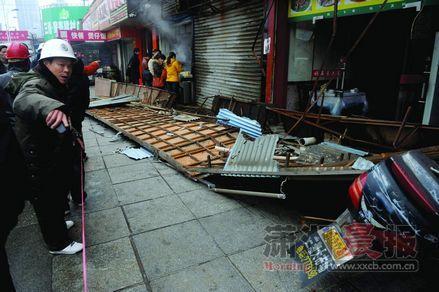 3月6日早晨,长沙市远大路三湘大市场附近,一栋临街楼房的广告牌突然掉下砸伤数人。本组图片/记者邵骁歆