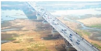 枯水时节的长沙湘江橘子洲大桥��2011年10月摄��︒