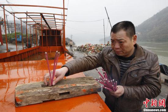 2月27日,国内首艘专门为学生过渡打造的校船在湖南耒阳市黄市镇上堡渡口下河试水。