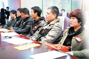 8位来自郴州宜章的热心人士,在眼角膜捐献志愿书上郑重地签下了自己的名字。 王奕琳 摄