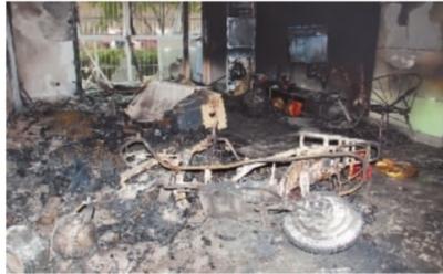 3月12日早上,长沙侯家塘活力康城小区G栋一业主家内发生大火,损失最惨重的客厅内一片狼藉。记者 王�鹰 摄