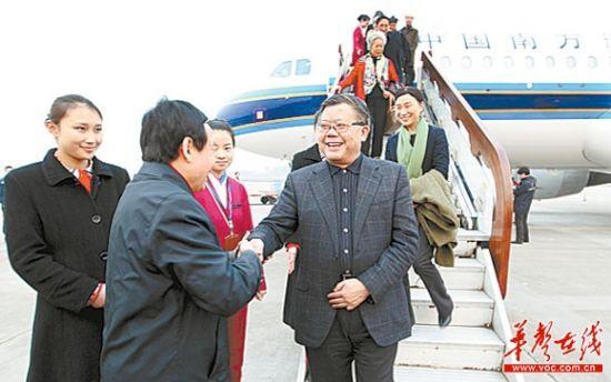 3月13日,出席全国政协十一届五次会议的在湘全国政协委员乘飞机返回长沙。本报记者 刘尚文 摄