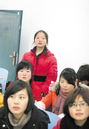 何平每天的日程安排从早上6时直到凌晨2时,怕自己上课的时候睡过去,她常常站着听课。