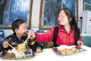 弟弟每餐至少吃一个荤菜,而姐姐更多时候就是一元钱对付:两毛的饭,八毛的小菜。