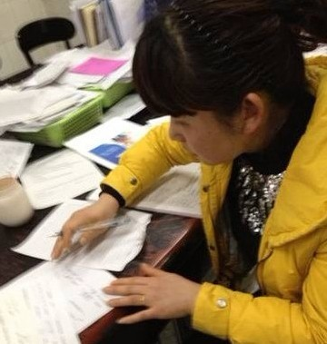 家属在手术同意书上签字
