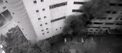 3月18日,维多利购物中心火灾现场浓烟弥漫。图/记者辜鹏博