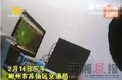 2月14日下午,郴州市苏仙区交通局,一名工作人员在上班时间玩网络游戏。视频截图