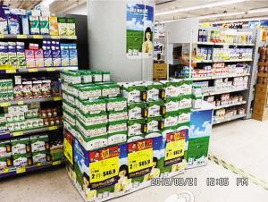 蒙牛官方微博上昨日贴出据称在香港百佳超市拍摄的照片,拍摄时间为2012年3月21日。图片中可以看到大量的蒙牛乳品和产品宣传海报。