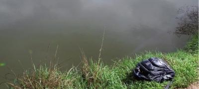 昨日,长沙市宁乡县大屯营乡书湖村,鱼塘边还放着小豪(化名)的书包。图/记者沈荣华