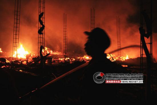 3月25日下午4时,湖南省邵阳市绥宁县红岩镇江坡村发生大火。图/潇湘晨报滚动新闻通讯员 彭超