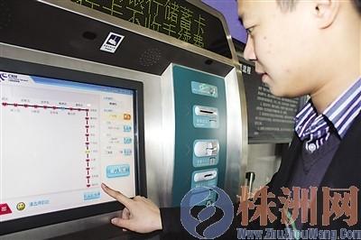 旅客正在选择往深圳北的车票 汪雅婷 摄