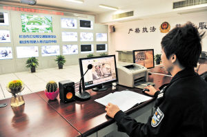 昨日,在市公安局机动车驾驶人考试中心监控中心,能看到各考试车内的适时情况。
