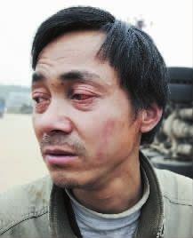 跟车师傅陈正红在车祸现场回忆事发经过。他的左眼受伤红肿,布满了血丝。