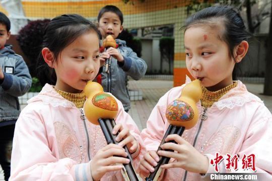 双胞胎姐妹进行葫芦丝演奏对决。杨华峰 摄
