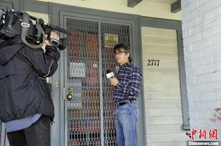 美国洛杉矶南加州大学校园附近11日凌晨发生一起枪击案,一男一女两名中国留学生被枪杀。图为中央电视台记者在案发现场--洛杉矶南加州大学附近的雷蒙德路(Raymond Ave)2717号住宅采访。中新社发 毛建军 摄