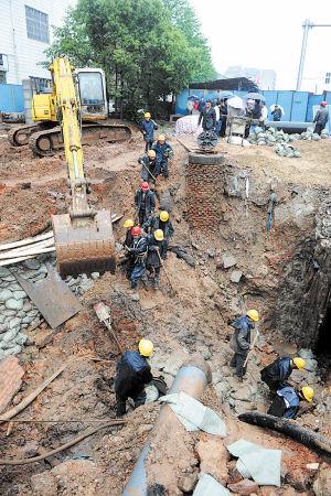 ←昨日,施工人员对发生爆裂的排水管进行紧急抢修。石祯专摄