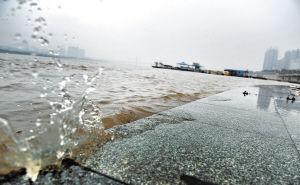 据长沙水文站监测数据显示,近期连续强降水导致长沙湘江水位上涨明显。昨日,记者在湘江风帆广场边看到,湘江水拍打亲水台阶,溅起朵朵浪花。 陈飞 摄
