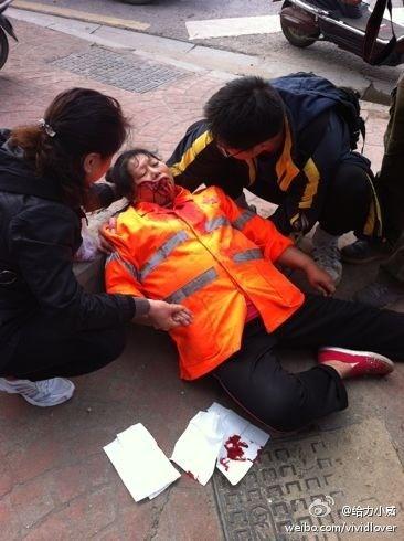 环卫工人砍伤在地(注:图片来自新浪微博)