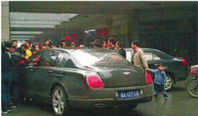 4月17日下午3时许,长沙市湘江世纪城金泰路和经一路交界处,一辆黑色吉利轿车撞上了一辆黑色宾利。 网友 @欧哲卿 摄