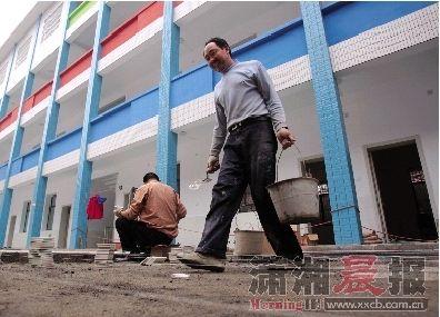 昨日,工人们正在对原白沙街小学进行改造,它将成为区教育局公办幼儿园。图/记者殷建军