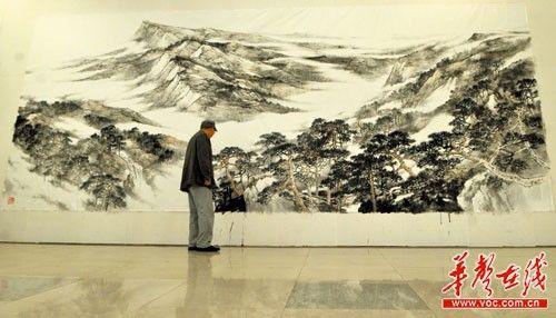 4月20日,湖南省书画院内,一幅巨大的《衡岳松云图》正在创作中。记者 伍霞 摄
